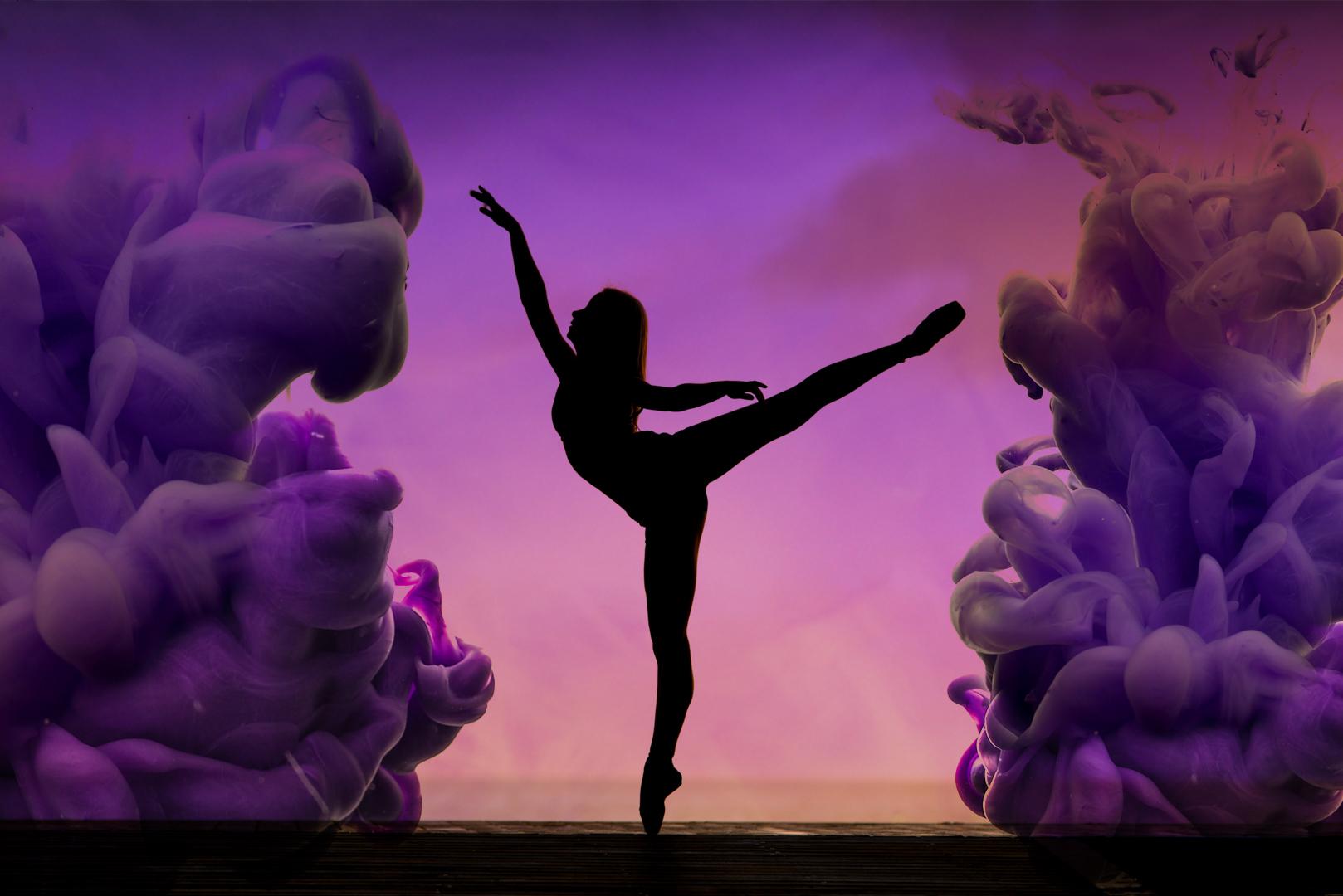 FAT moves. Die Marketing Agentur, in der Chaos im Griff gehalten wird. Eine Silhouette von einer Frau, die mit Balettbewegungen Rauch von ihr fernhält.